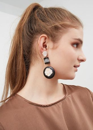 Hitam color  . Berrybenka Dorrish Martha Earrings Black -