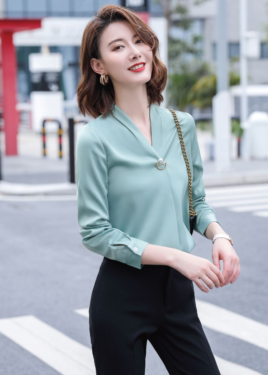 ฟ้าอ่อน color เสื้อยืดและเสื้อเชิ้ต . Ladies V-neck Solid Color Fashion Shirt -